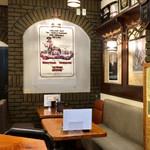 博多酒場 亀八 - 店内 (奥側のテーブル席)