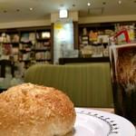 92224131 - 夜の静かな本屋でカレーパン。