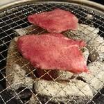 新鮮ホルモン豚風 - 牛タン!