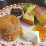ティーサロンジークレフ - レンズ豆のソテー(左上) タマネギとベーコンのケークサレ+森崎農園のベビーリーフサラダ(右上) リンゴとシナモンのスコーン(左下)