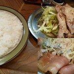 カレーショップ桐島屋 - 肉の下にはたっぷりのスパサラとベーコンにウィンナー