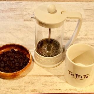 フレンチプレスで淹れる味わい深い自慢のコーヒーをご堪能あれ♪
