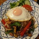 ワルン ジャムカレット - 鶏肉のバジル炒め御飯