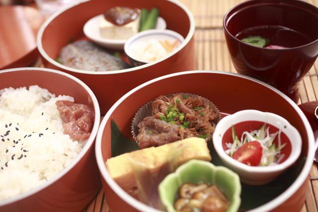 茶の愉 吉祥寺店 - ランチメニューの三段重ねのお弁当