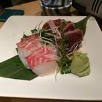 juubeiechigonojizakekakerujukuseibuta - 「刺身 本日の水揚げ 2点盛り」鰹と真鯛の厚切りの刺身が盛られていた。品は新鮮で、切り身の厚さも満足感のあるものだったが、刺身が一人頭 2枚のみと言うのは矢張り淋しい。
