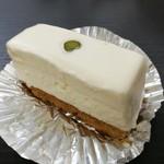 92276906 - ふんわり空気を含ませて混ぜたレアチーズと表面の生クリーム、バター香るビスケットの3層構造
