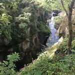 92277646 - 磊々峡の自然の中でおはぎをいただいた。