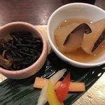 epais - 大根と椎茸の煮物、ひじき、野菜の酢漬け