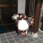 92302153 - 他を抜く、タヌキの陶器がお出迎え(笑)