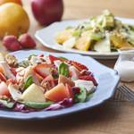 フタバフルーツパーラー - 赤色と黄色のフルーツサラダ(パン尽)