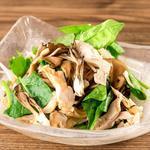 炙り舞茸と法蓮草の蒸し鶏サラダ