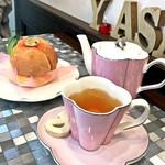 PÂTISSERIE Yoshinori Asami - まるごと桃とロールケーキ(税込690円)/ 紅茶(税込450円)