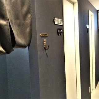 お手洗いは男女別に2部屋、喫煙所も用意しております。
