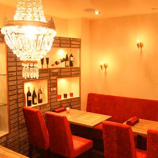 シャンデリア煌めく優美な空間で、友人や恋人と美食のひと時を