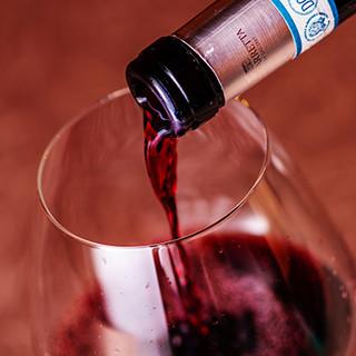 厳選した約60種のワイン。グラスは日替わりでご用意。