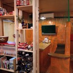 gogobar - ボックス席はネットに囲まれブルペンっぽくなり、手前の棚にはバットケース風の在庫入れを作りました。
