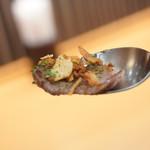 柿安イートイン - トッピングの黒毛和牛とガーリックチップ