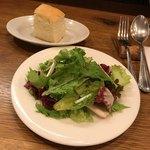 goo ITALIANO - セットのサラダとフォカッチャ フォカッチャはおかわり自由