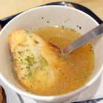 アンドコーヒー メゾンカイザー - モーニングスープセット(500円+税)のオニオンコンソメスープ