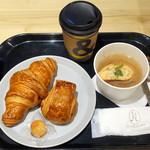 アンドコーヒー メゾンカイザー - クロワッサンとオニオンコンソメスープのモーニングスープセット(500円+税)、 コーヒー(Hot/Ice)とプチパンオショコラのモーニングセット(390円+税)