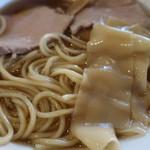 手仕事らぁめん八 - 普通の麺と幅広の麺