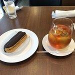 巴裡 小川軒 サロン・ド・テ - エクレアとアールグレイのアイスティ、エクレアの手前にはフリュイのゼリーの砂糖漬けがあったけど、すぐさま食べちゃいました。日向夏やな!