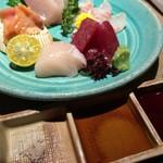 和創料理 海 - 刺身盛り こんな調味料でいただきます