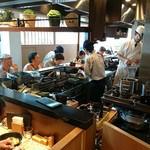 蕎麦きり みよた - 蕎麦きり みよた @表参道 L字型カウンター15席の店内