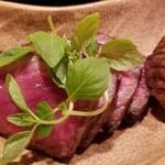 92364685 - ③神戸牛・川岸牧場のイチボのローストビーフ                       赤身の中に脂のサシの入り方がバランス良く、肉本来の味わいと柔らかさ、そして脂の旨みが同時に味わえます                       中は薄い紅色、炭焼きの香ばしい薫りが口の中に拡がります