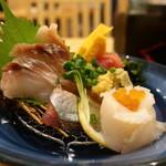 すし三崎丸 - まぐろ、真いかいくらのせ、秋刀魚、黒鯛、玉子焼の盛合せ