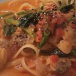 コピーヌ - 海老とアサリのトマトクリームソース、アップで