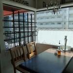 リロンデル - 窓際のテーブルは日差しがきつそうかな…