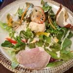 92386652 - サラダの上にはフリッタータやロースハム、皮付き玉葱のグリルやツナ入りポテトサラダなど豪華