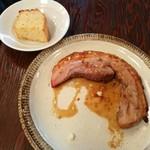 92386657 - ハーブを包んでローストした豚バラ肉のポルケッタ、熱々に温められたサクサクのフォカッチャ