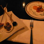 9240290 - お通しが豪華!シーフードと鴨の燻製、チーズのかつおふりかけ、オリーブ