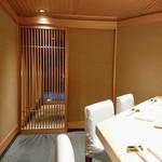 大阪天満宮 鮨とよなが - 玄関からのアプローチも素敵です。