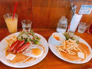 カフェ マチルダ - (左)ソーセージエッグパンケーキ ¥900(右)濃厚チーズフォンデュパンケーキ ¥900