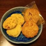 野方 金時煎餅 - たまねぎおかき、揚小丸(うに)です