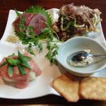 ディッシュマジックアタゴ - 料理写真:牛のたたき ジャガイモの明太ソース クリームチーズとソーセージのクラッカー添え お好み焼風かき揚げ