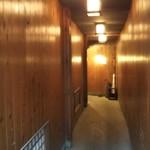 蔵倉 - 京町家っぽい、んですかね?扉が遠い。