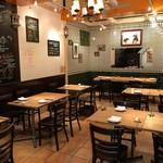 パエリア&グリル バラッカ - スペインタイルが目を引く開放的な店内