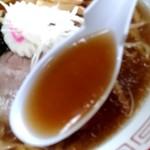 92422106 - 【2018.9.9(日)】醤油ラーメン(並盛・180g)550円のスープ