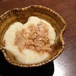 七十二 - 付き出し。豆腐に鰹節がまぶされた直径5cmほどの小鉢。