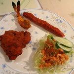 インドレストラン Taji - タンドリーチキン、シークカバブ、サラダ