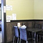 ラーメン おくゑ 西条本店 - 向こう側がカウンターのある昔からの店内、こちらが拡張した店内