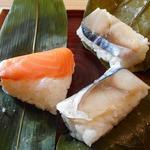 92437369 - 柿の葉寿司(さば2個)と笹寿司、(さけ1個)