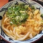 丸亀製麺 福山平成大学前店 - かけうどんに無料のネギと天かすをトッピング(2018.09.09)