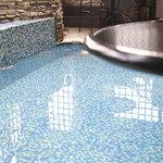 ヒルトップ カシータ - プールサイドのテーブル席からプールを見下ろす