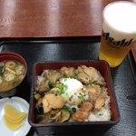 山中温泉紅富士の湯 - 料理写真:信玄鶏のてりやき重 950円、生ビール(中)630円