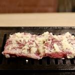 焼肉とんび - 壺漬けにんにくハラミ